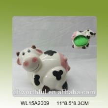 La vaca encantadora formó el sostenedor esponjoso de la cocina