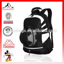 O saco do Gym dos esportes do bolso da bola da trouxa do futebol guardara sapatas, grampos, correias ajustáveis das garrafas de água