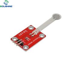 Através do sensor fotoelétrico de saída de relé tipo feixe