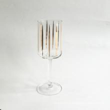 Copo de vinho branco com decalque dourado