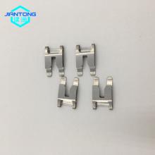 Pequeños clips de resorte de acero inoxidable doblados para aparatos eléctricos.