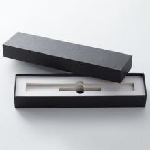 Schwarzes Geschenkpapier-Stiftbox-Logo