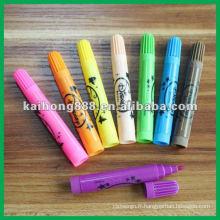 Enfants l'eau couleur stylo avec différentes couleurs