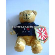muñeco de peluche oso de peluche de juguete con una espada de tela en una mano y un escudo de tela por otra parte camiseta oso de peluche
