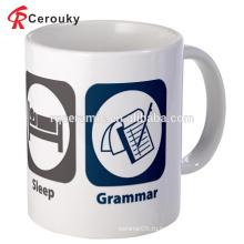 Белая керамическая фарфоровая чашка