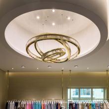 Luminaire suspendu LED à anneau rond dans le hall de l'hôtel