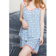 Top curto feminino e calça com estampa azul