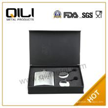 FDA 7oz frasco de la cadera regalos conjunto regalos grabados con dos vasos plegables