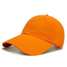 Gorra de béisbol en blanco al aire libre
