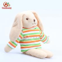 Juguete mullido de conejo de peluche con camiseta
