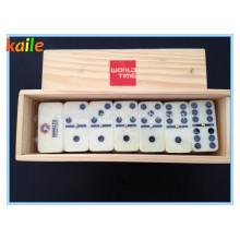 Domino mit Holzkiste