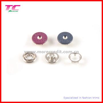 Bouton en forme de métal coloré