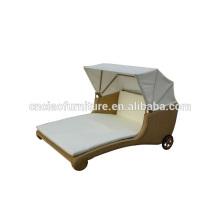 Chaise longue en rotin extérieur avec roues et auvent