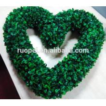 Горячая продажа зеленый искусственные пластиковые форме сердца венок