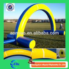 O arco inflável anunciando do campo de jogos usou o ar inflável fora para a venda