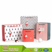 Alibaba al por mayor personalizó la pequeña bolsa de papel del regalo de la Navidad blanca con las manijas a granel