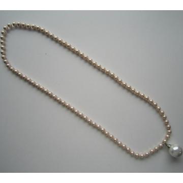 Mode collier fait de perles de coquille jolie avec gros pendentif