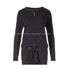 Une combinaison noire tricotée