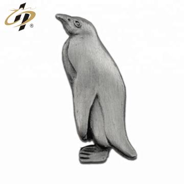 Die a frappé l'épingle antique en métal de pingouin