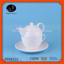 Tasse et soucoupe moderne traditionnelle, articles à thé, théière et tasse, pot de thé en céramique avec tasse
