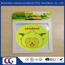 Nettes Lächeln, das selbstklebenden reflektierenden Aufkleber für Kindersicherheit im Freien beleuchtet