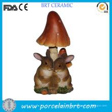 Estatuas de jardín de resina de conejo amoroso con seta