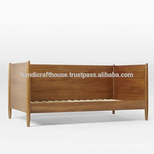 Lit simple en bois