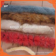 Neige sur le dessus teint dans la garniture de fourrure de couleur de deux tons de renard