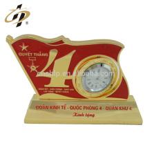 Professionnel pas cher personnalisé horloge en métal décoratif souvenir anniversaire cadeau trophée tasse pour petit ami