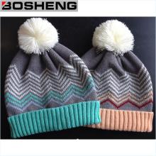 Los niños lindos de encargo hacen punto el sombrero del invierno con POM más blanco