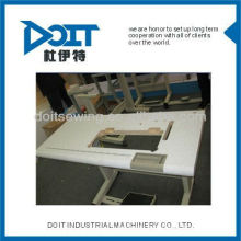 DOIT máquina de costura industrial sobre a mesa de borda e sSTAND