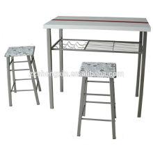 Mesa barrada e cadeira usadas