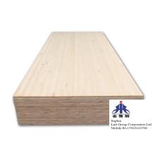 Tablero de madera con junta de dedos