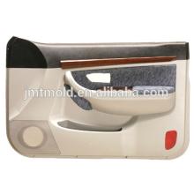 El profesional hace el molde plástico del panel interno de la puerta de coche, molde auto del panel