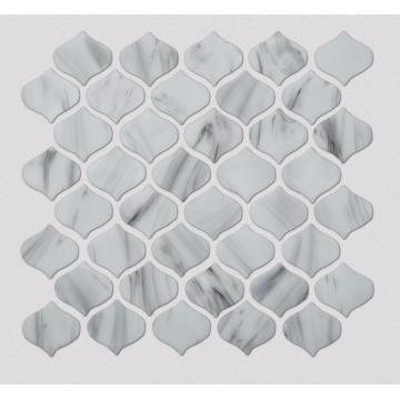 Salle de douche blanche et carreaux de mosaïque en verre de cuisine