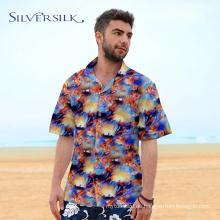 Los hombres de fiesta de media manga usan camisa de verano