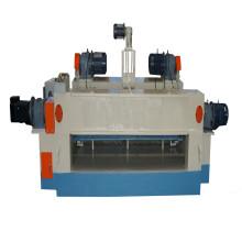 Máquina rotativa de descascamento de toras com núcleo de madeira folheada