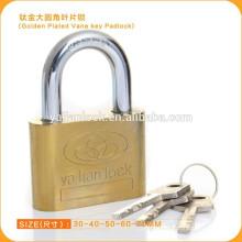 Candado dorado de plata con llave