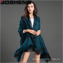 Las mujeres de invierno de la rejilla grande calientan el mantón grande de la bufanda