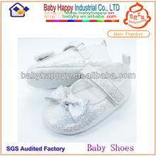 Dernier baptême de conception chaussure enfant blanc
