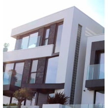 Aluminiumfenster und -türen auf dem Balkon