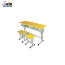 Klassenzimmer benutzte Schulschreibtisch bequeme Schulschreibtischschuleschreibtisch und -stuhl