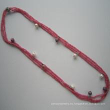 Collar de encanto de tres hileras de piedras preciosas de tono rosa oscuro