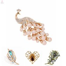 Vente en gros de mode bijoux coréenne broche Web broche, broche en alliage de plumes de paon Vintage perle
