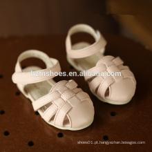 Sandálias adoráveis para crianças tecem sandálias meninas