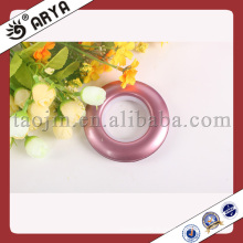 Hochglanz-Kunststoff und mehrfarbige Vorhangösen