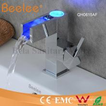 Nuevo diseño China bajo arco LED cascada grifo del lavabo del baño