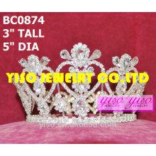 Mode-Festzug voller Kronen und Tiaras