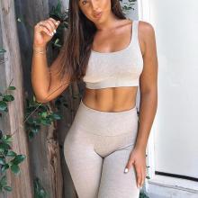 Sport-BH und Yogahose passen zum Outfit