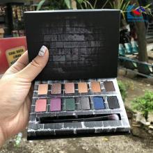 Paleta de sombras de ojos de cosméticos de resaltado de cartón negro con pincel de sombra de ojos